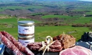 Fabrication artisanale de charcuteries à la ferme dans le Cantal